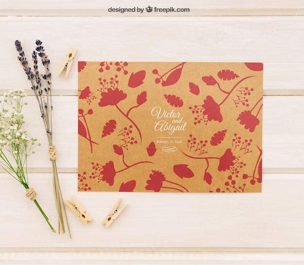 Plantilla de invitación de boda con flores y pinzas de la ropa
