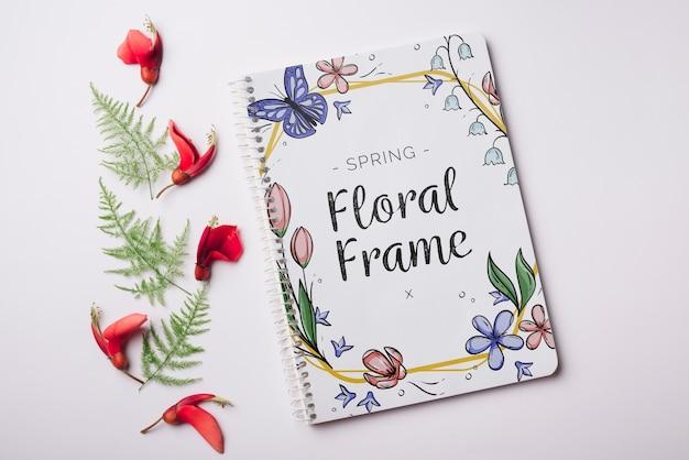 Plantilla de libreta para primavera con flores