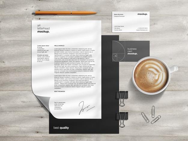 Plantilla de maqueta de identidad de marca corporativa profesional con membrete y tarjetas de visita en escritorio de madera