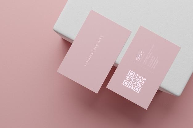 Plantilla de maqueta de papel rosa pastel tarjeta de visita con cubierta de espacio en blanco