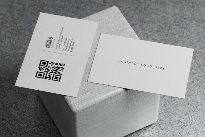 Plantilla de maqueta de papel de tarjeta de presentación horizontal blanca con cubierta de espacio en blanco