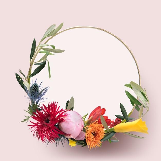 Plantilla de marco dorado de flores frescas