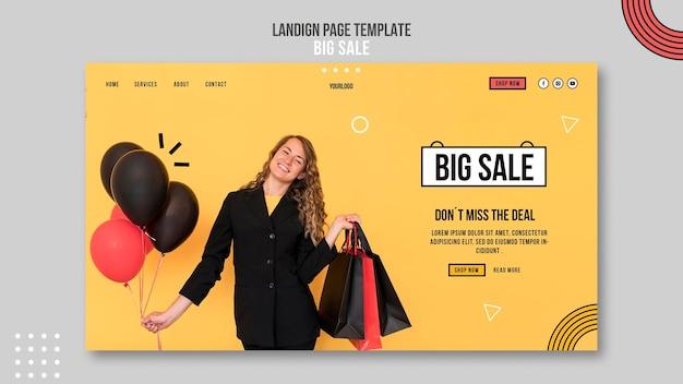 Plantilla de página de destino para gran venta con mujer y bolsas de compras.