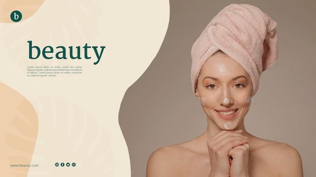 Plantilla de página web de belleza con una mujer