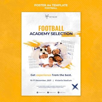 Plantilla de póster vertical para entrenamiento de fútbol infantil.