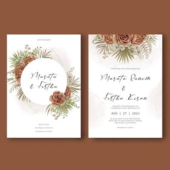 Plantilla de tarjeta de invitación de boda decorada con hojas tropicales y ramo de rosas acuarelas