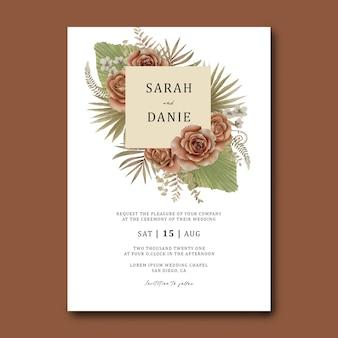 Plantilla de tarjeta de invitación de boda con un ramo de hojas tropicales y rosas acuarelas