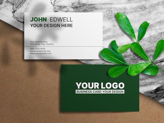 Plantilla de tarjeta de visita mínima limpia sobre fondo de mármol y papel artesanal