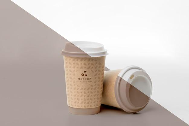 Plastic beker met koffie mock up op tafel
