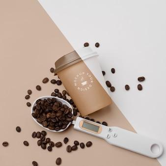 Plastic beker met koffiebonen