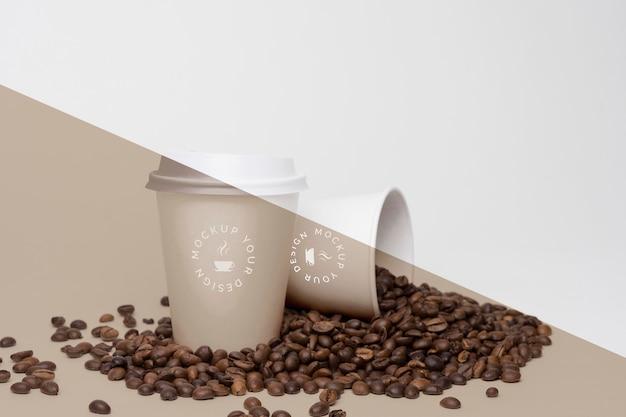 Plastic bekers met koffiebonen