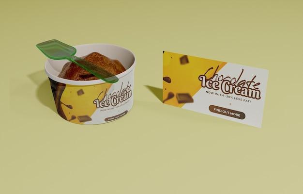 Plastic lepel en container met chocolade-ijs