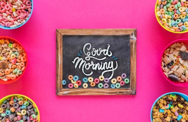 Plat bord van schoolbordmodel en ontbijtgranen