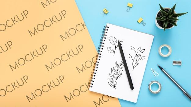 Plat bureau met succulent en notebook