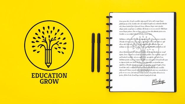 Plat bureau oppervlak met pennen en notebook