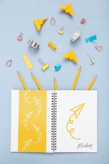 Plat bureauoppervlak met notebook en benodigdheden