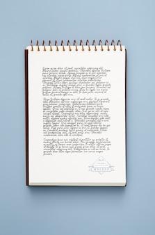 Plat bureauoppervlak met notitieblok