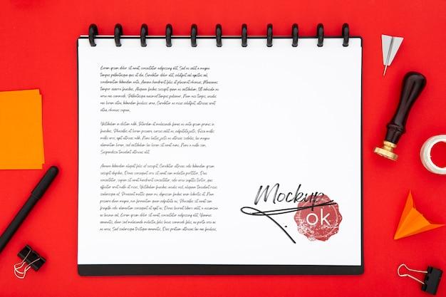 Plat bureauoppervlak met notitieboekje en zegel