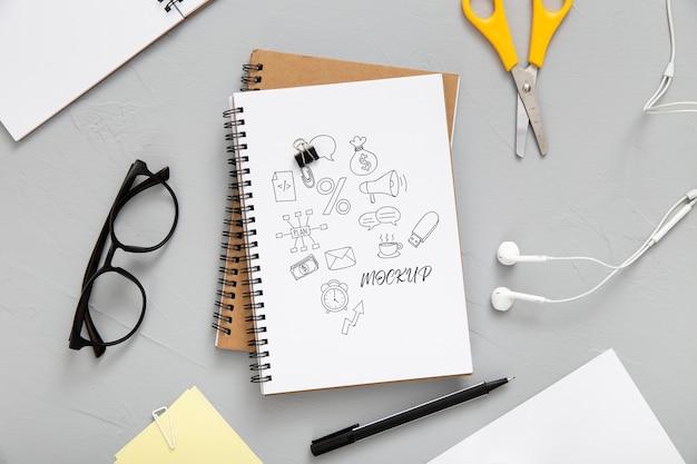 Plat bureauoppervlak met oortelefoons en notebooks