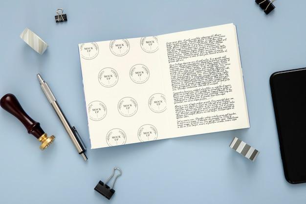 Plat bureauoppervlak met pen en notitieblok
