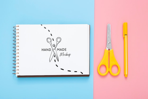 Plat bureauoppervlak met schaar en pen