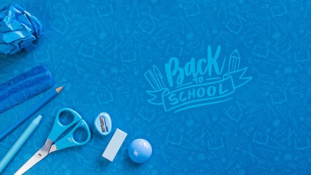 Plat lag arrangement met blauwe schoolbenodigdheden