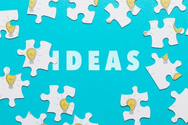 Plat lag arrangement met puzzelstukjes op blauwe achtergrond