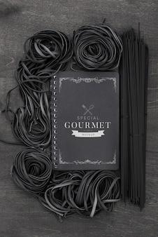 Plat lag arrangement van donkere spaghetti mock-up