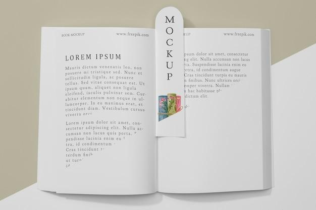 Plat lag bladwijzer en open boek mock-up