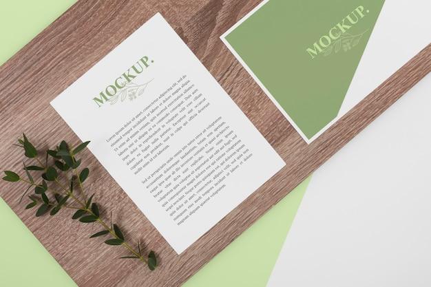 Plat lag briefpapier arrangement met plant