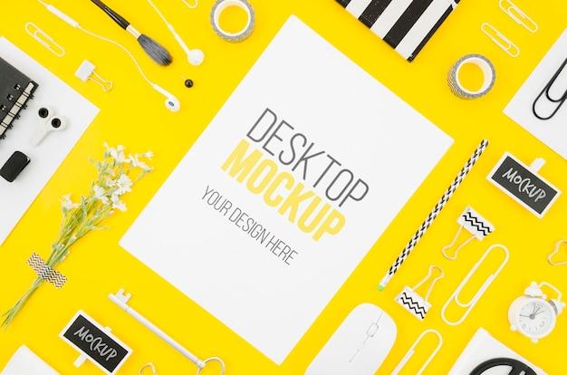 Plat lag briefpapier mock-up met items