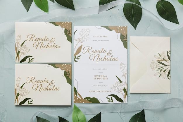 Plat lag bruiloft uitnodiging met bladeren