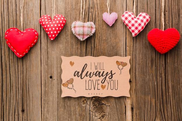 Plat lag harten op houten achtergrond