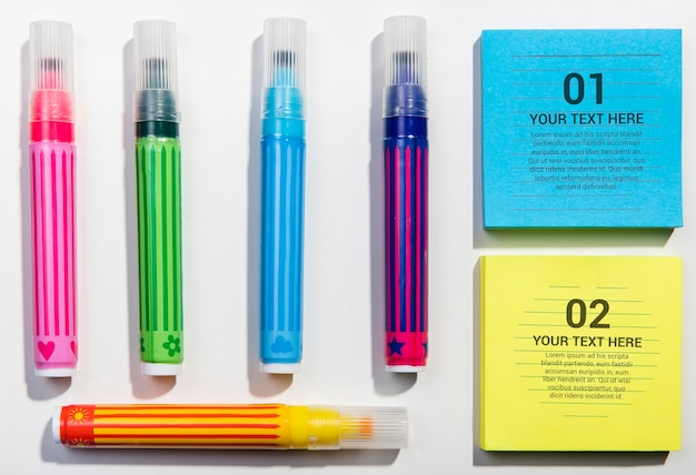 Plat lag kleurrijke markeringen en geheugen notities blok knolling desk concept