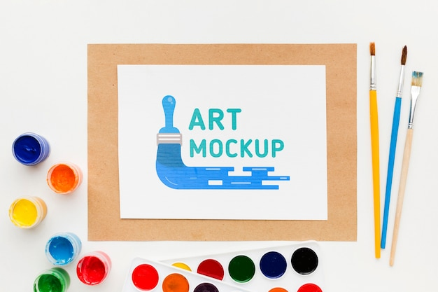 Plat lag kunstenaar bureau met stuk papier