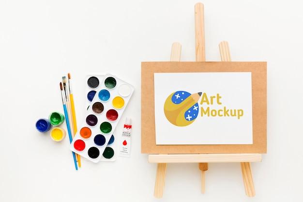 Plat lag kunstenaarsbureau met canvas standaard