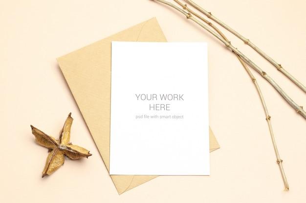 Plat lag mockup ansichtkaart met envelop