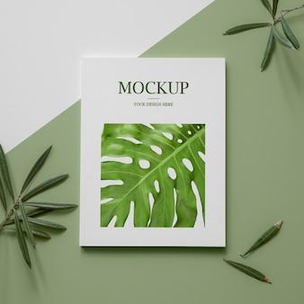 Plat lag natuur tijdschriftdekking mock-up met bladeren arrangement