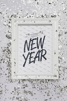 Plat lag nieuwjaar belettering op frame mock-up met confetti