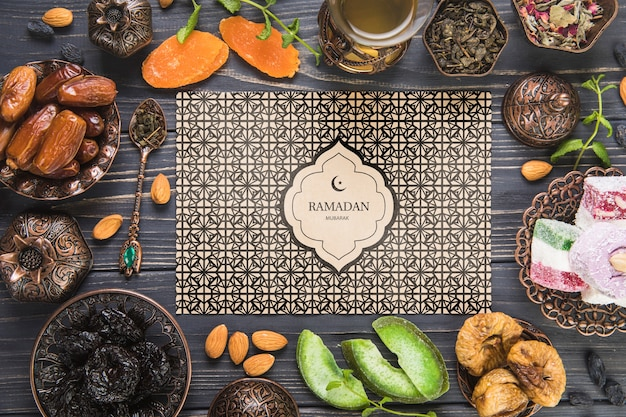 Plat lag ramadan samenstelling met papieren kaartsjabloon Gratis Psd