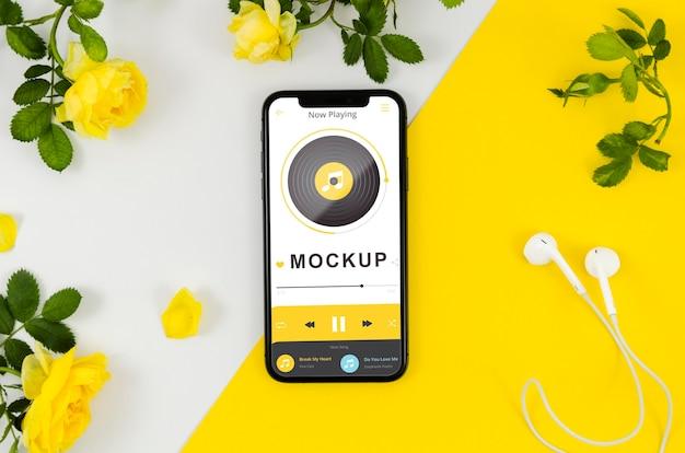 Plat lag smartphone mock-up met bloemen