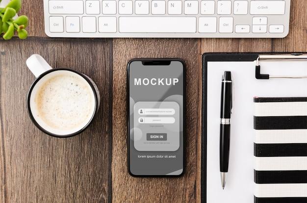 Plat lag smartphone mock-up met koffie