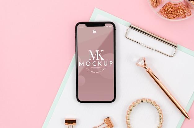 Plat lag smartphone mock-up op klembord met armband