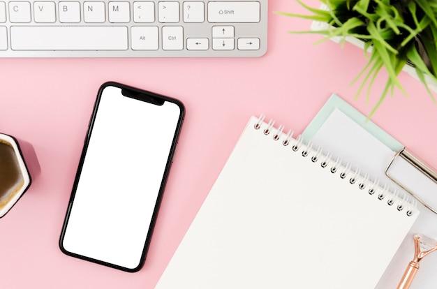 Plat lag smartphonemodel met klembord en toetsenbord