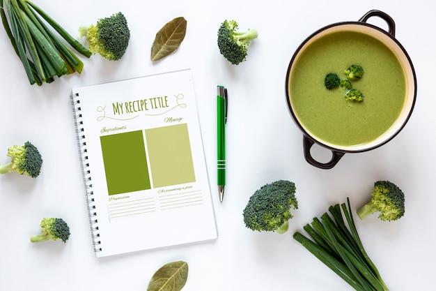 Plat lag soep met rangschikking van ingrediënten en mock-up recept