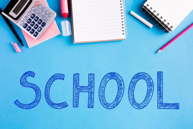 Plat lag terug naar school met blauwe achtergrond
