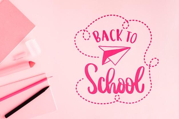 Plat lag terug naar school met roze achtergrond