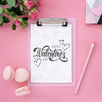Plat lag valentijnsdag concept met bitterkoekjes