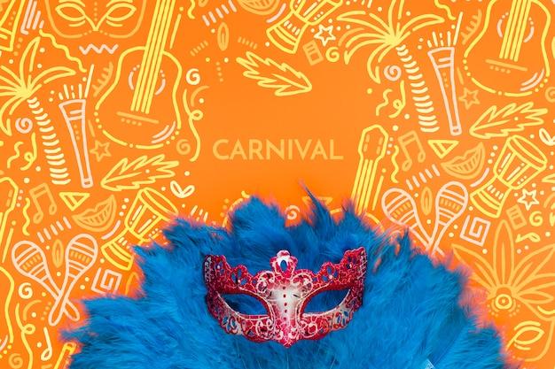Plat lag van braziliaanse carnaval masker met veren
