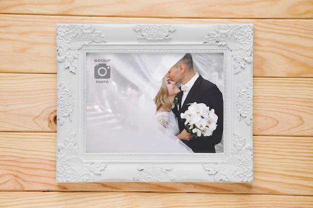 Plat lag van eenvoudig frame op houten achtergrond